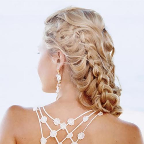 Acconciatura-da-sposa-con-capelli-semiraccolti-e-treccia-laterale